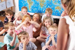 Lasten maskittamisesta ja harrastusten rajoittamisesta on tutkimusten mukaan haittaa, ei hyötyä.