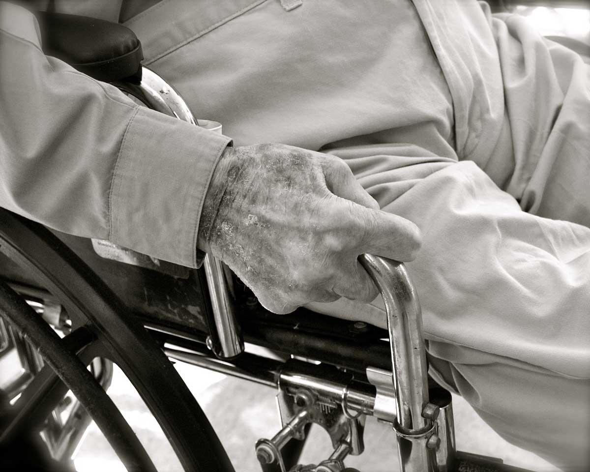 Vanhusten rokottamisesta ja hoitajien, lääkärien ja omaisten vastuusta.